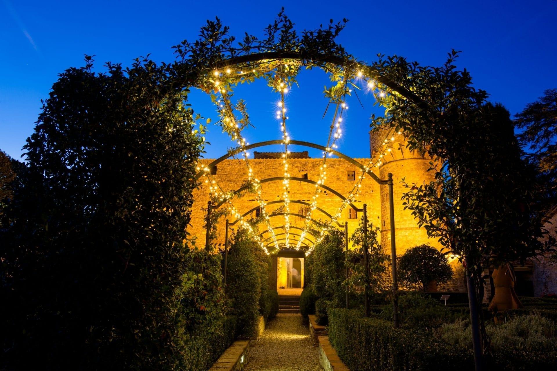 Castello Castle di Meleto fairy lights catenaria Lampadine Kaleydo entertainment